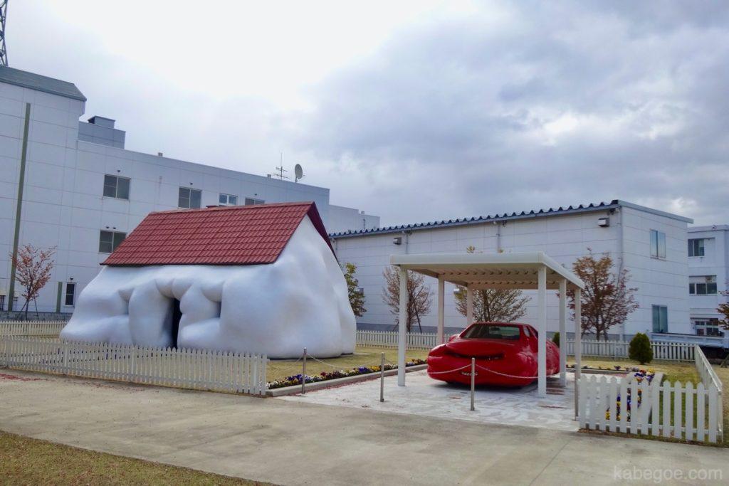 十和田市現代美術館の「ファット・ハウス/ファット・カー(エルヴィン・ヴルム)」