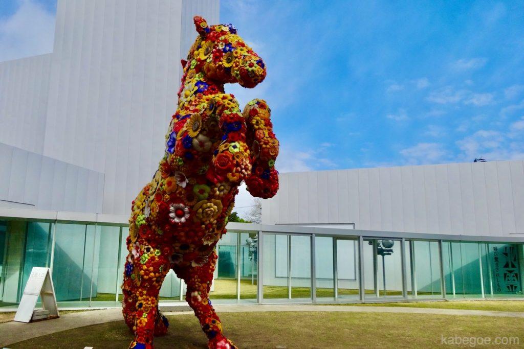 十和田市現代美術館の「フラワー・ホース(チェ・ジョンファ)」