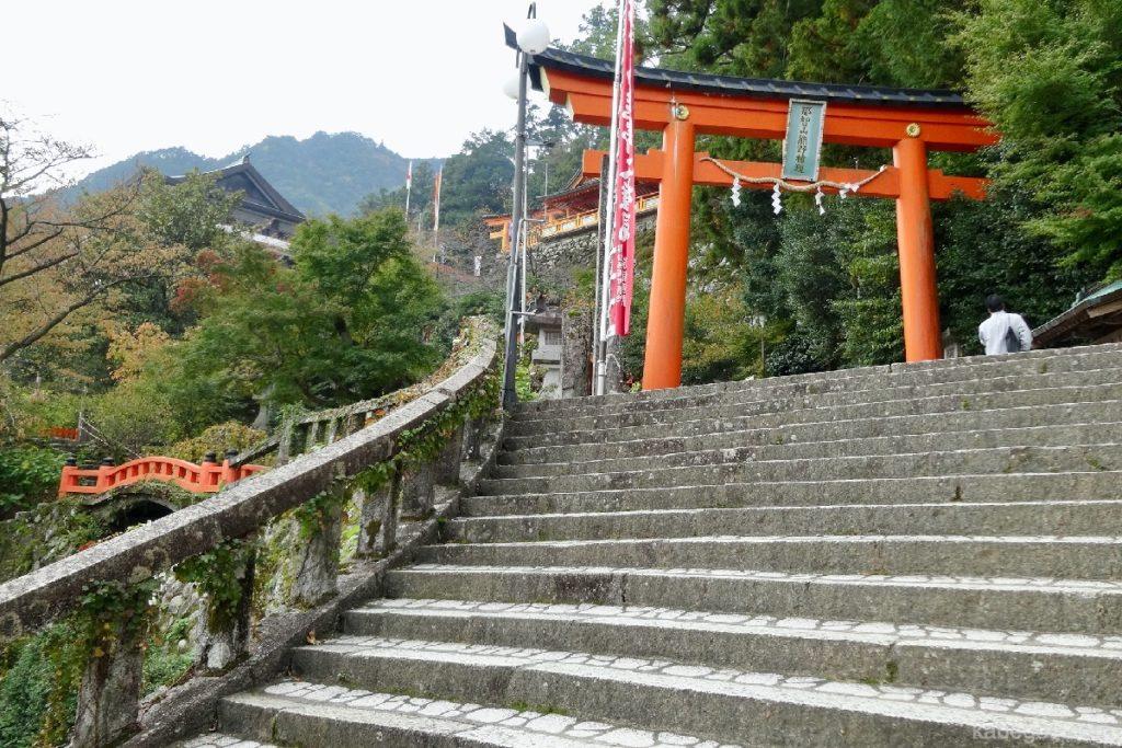 Pendekatan ke Kuil Kumano Nachi Taisha