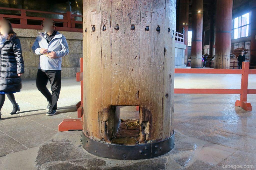 東大寺の柱くぐり