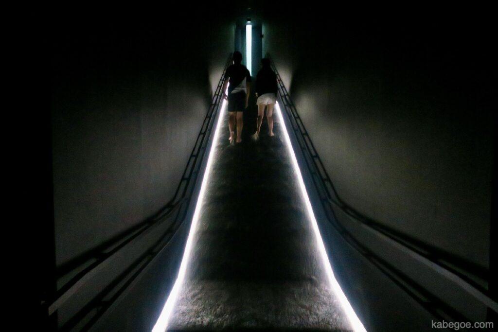 チームラボプラネッツの「坂の上にある光の滝」