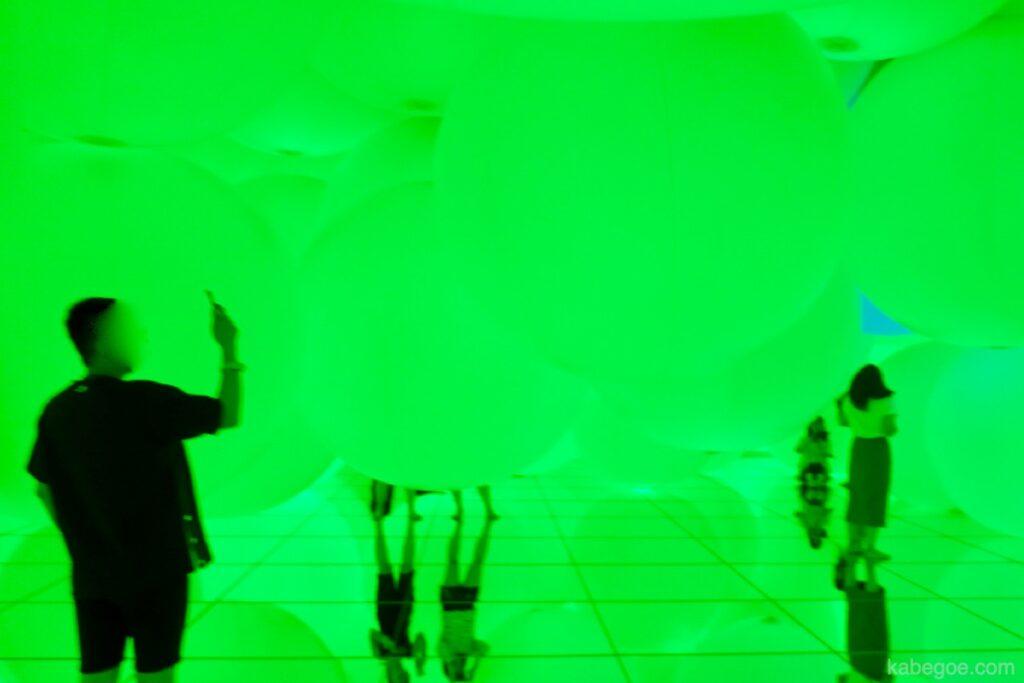 チームラボプラネッツの「意思を持ち変容する空間、広がる立体的存在 - 平面化する3色と曖昧な9色、自由浮遊 」