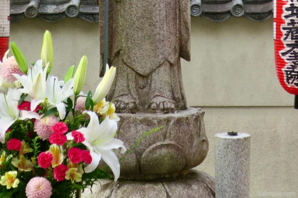 Kebahagiaan Jizo Bodhisattva mengenakan sepatu jerami Kuil Suzumushi