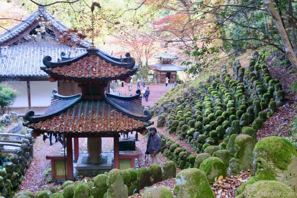 Атаго Ненбуцу-Жи сүм дэх Ракан-самагийн чулуун хөшөө