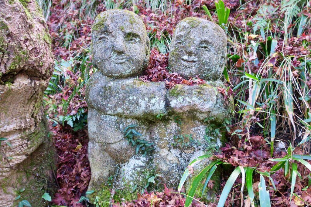Атаго Ненбутсу-Жи сүм дээр бие биенээ тэвэрсэн чулуун хөшөө