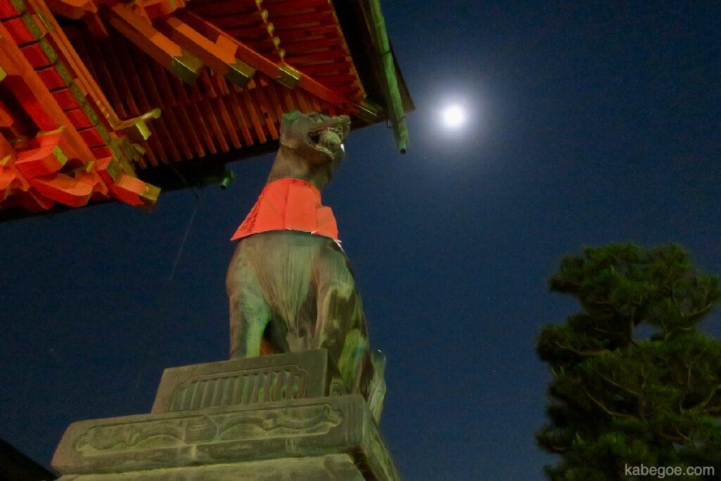 Statua della volpe al Santuario Fushimi Inari Taisha