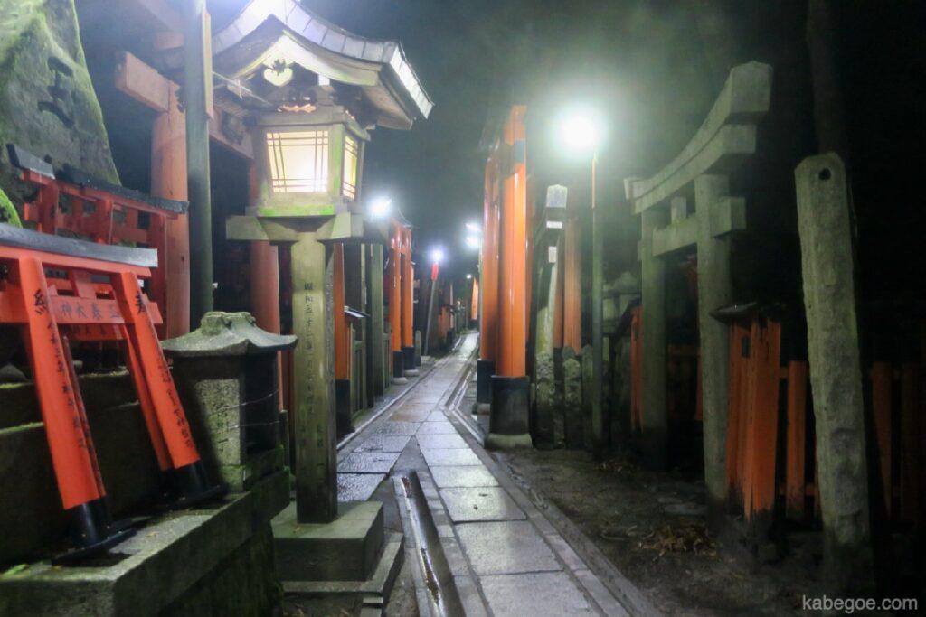 Strada illuminata di Fushimi Inari Taisha