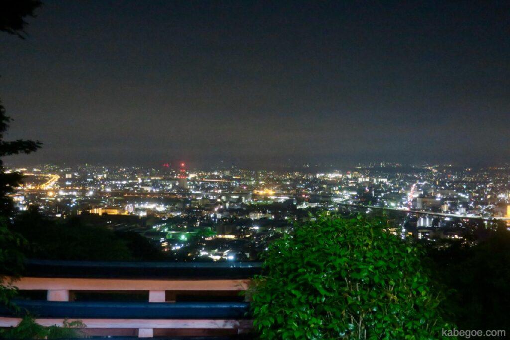 Vista notturna da Yotsutsuji del Santuario Fushimi Inari Taisha