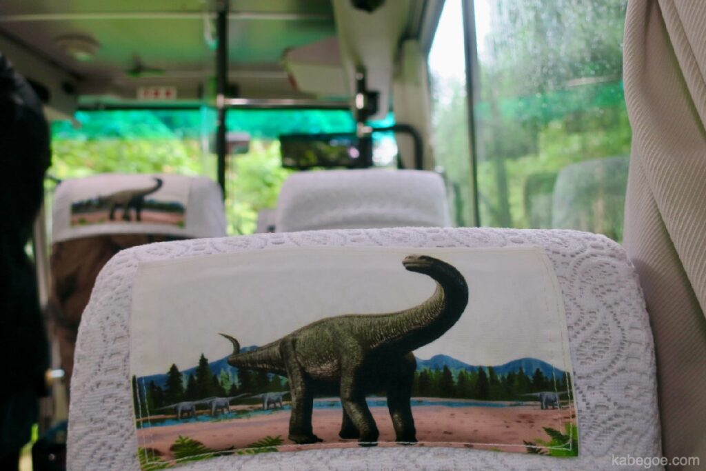 Гадна талын үлэг гүрвэлийн музейн автобусны дотор