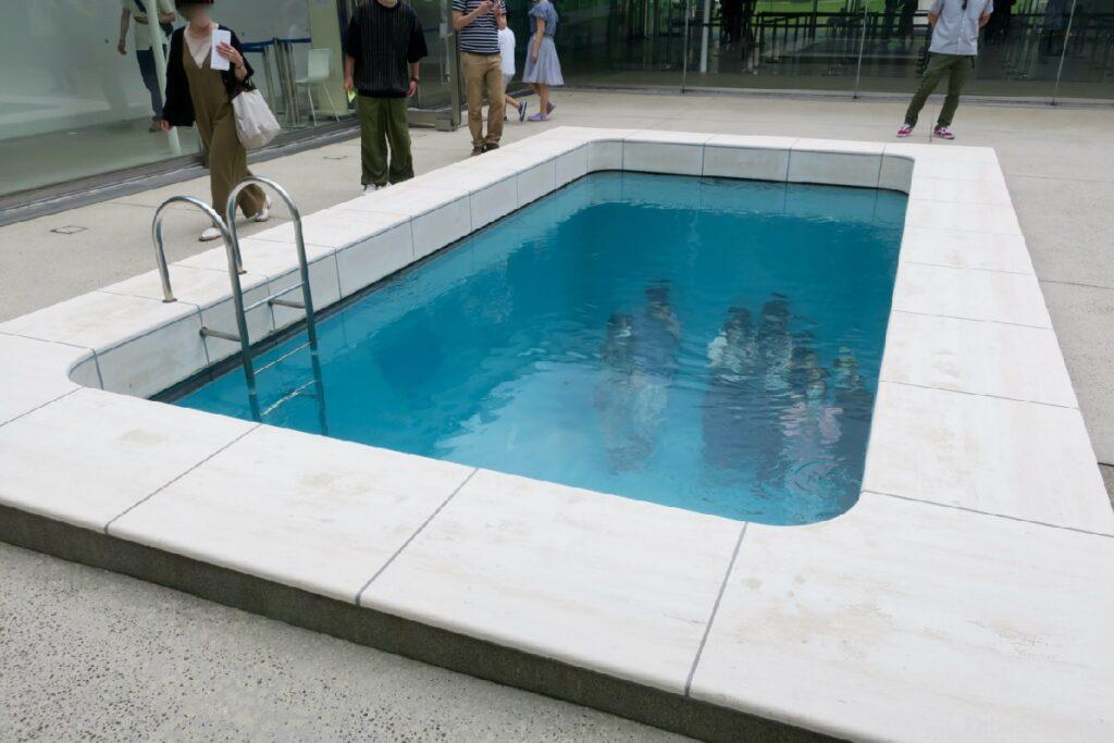 """21 -р зууны орчин үеийн урлагийн музейд """"Усан бассейн (Зохиогч: Леандро Эрлих)"""", Каназава"""