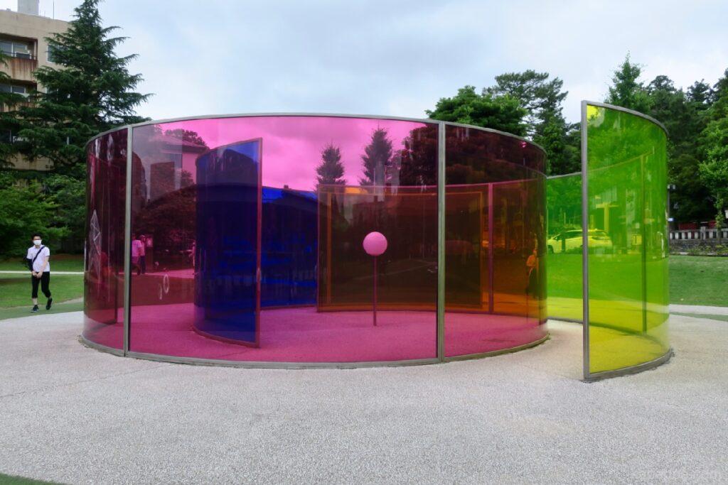 """21 -р зууны орчин үеийн урлагийн музейд """"Өнгөт үйл ажиллагааны байшин (Зохиогч: Олафур Элиассон)"""", Каназава"""